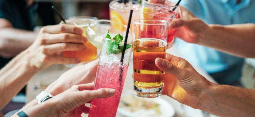 Havefest hvor folk drikker drinks